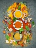 Vario delle spezie e delle erbe in ciotola ceramica Disposizione piana delle spezie Fotografie Stock