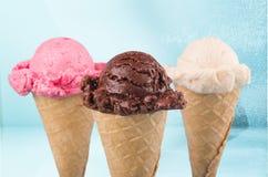 Vario gelato in coni su fondo vago Fotografie Stock