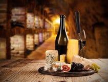 Vario genere di formaggio con vino immagini stock libere da diritti