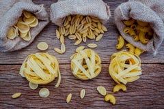 Vario genere di maccheroni del gomito della pasta, di pasta di Fettucini un Riso, o Immagine Stock