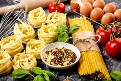 Vario primo piano crudo degli spaghetti dell'assortimento della pasta di concetto italiano dell'alimento fotografia stock
