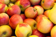 Vario rojo con las manzanas amarillas Fotografía de archivo libre de regalías