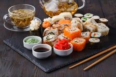 Vario rotolo con il salmone, avocado, cetriolo Menu dei sushi Alimento giapponese immagine stock