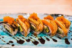 Vario rotolo di sushi di color salmone Immagine Stock