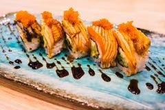 Vario rotolo di sushi di color salmone Fotografia Stock