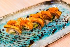 Vario rotolo di sushi di color salmone Immagini Stock