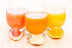 Vario succo fresco in vetro sulla tavola di legno Fotografie Stock