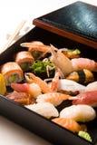 Vario sushi en un rectángulo imagenes de archivo