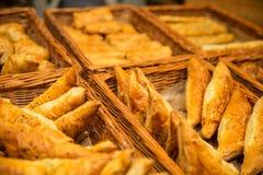 Vario tipo del pane sullo scaffale nel negozio del forno Fotografie Stock Libere da Diritti