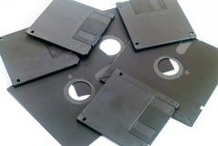 Vario vecchio floppy disk a 5 pollici e a 3 pollici obsoleto su bianco Immagine Stock