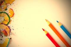 Variolored blyertspenna och shavings Royaltyfri Fotografi