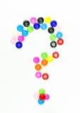Variopinto dei bottoni che cucono il punto interrogativo su fondo bianco Fotografia Stock