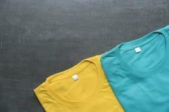 Variopinto dei vestiti della maglietta su fondo nero Immagine Stock Libera da Diritti