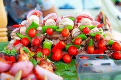 Variopinto del barbecue sulla via di camminata del mercato Fotografia Stock Libera da Diritti