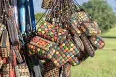 Variopinto della borsa dell'artigianato nel mercato di strada a Batumi, Georgia immagine stock