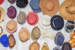 variopinto della decorazione dei cappelli di estate sulla parete Fotografia Stock