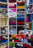 Variopinto della lana delle palle del filato in un negozio del tessuto Immagini Stock