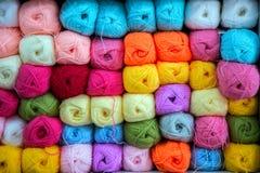 Variopinto della lana delle palle del filato in un negozio del tessuto Fotografia Stock