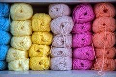 Variopinto della lana delle palle del filato in un negozio del tessuto Fotografia Stock Libera da Diritti