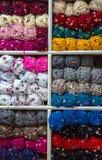 Variopinto della lana delle palle del filato in un negozio del tessuto Fotografie Stock Libere da Diritti