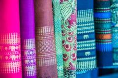 Variopinto della seta tailandese indigena di stile Tessuto di seta tailandese dei bei tessuti fatti a mano strutturato immagine stock