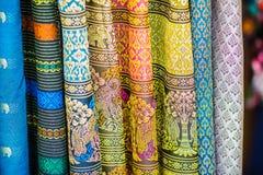 Variopinto della seta tailandese indigena di stile Tessuto di seta tailandese dei bei tessuti fatti a mano strutturato immagine stock libera da diritti