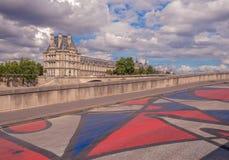 Variopinto dipinto sulla pavimentazione sul fiume della banchina fotografie stock