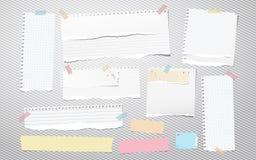 Variopinto e bianco strappati ha allineato la carta del taccuino, nastri di carta di carta per appunti lacerati attaccati su fond royalty illustrazione gratis
