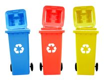Variopinto ricicli i recipienti isolati con riciclano il segno Fotografie Stock Libere da Diritti