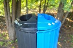Variopinto ricicli i recipienti per la raccolta di riciclano i materiali Fotografie Stock Libere da Diritti