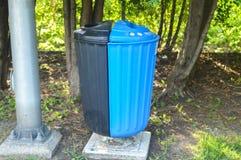 Variopinto ricicli i recipienti per la raccolta di riciclano i materiali Fotografie Stock