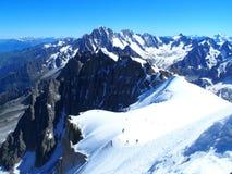 Varios alpinistas, escalador de montaña en AIGUILLE DU MIDI, CHAMONIX MONT BLANC en las MONTAÑAS francesas Fotografía de archivo