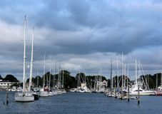 Varios barcos hermosos amarraron en el área de embarque, Wickford, Rhode Island, 2018 imagenes de archivo