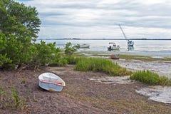 Varios barcos trenzados en marea baja Fotos de archivo libres de regalías