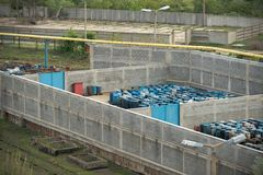 Varios barriles de cantidad del planeador de la basura tóxica Foto de archivo