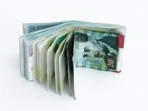 Varios billetes de banco digno de 200, 100 50 y 20 nuevos shekels israelíes en un fondo blanco Imagen de archivo libre de regalías