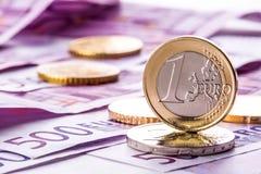 Varios 500 billetes de banco y monedas euro son adyacentes Foto simbólica para el wealt Fotos de archivo libres de regalías