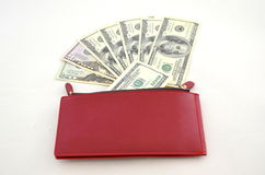 Varios billetes de dólar en un monedero rojo Imágenes de archivo libres de regalías