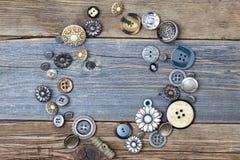 Varios botones viejos en el vintage presentan la superficie Imagen de archivo
