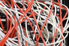 Varios cables de datos blancos y rojos del ordenador Fotos de archivo