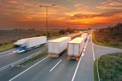Varios camiones en la falta de definición de movimiento en la carretera Imagenes de archivo