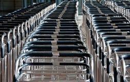 Varios carros para llevar bolsos en el aeropuerto Foto de archivo