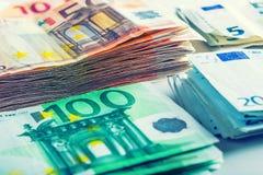 Varios cientos de billetes de banco euro apilados por el valor Imagen de archivo libre de regalías