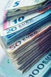 Varios cientos de billetes de banco euro apilados por el valor Imagenes de archivo