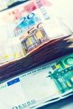 Varios cientos de billetes de banco euro apilados por el valor Imágenes de archivo libres de regalías