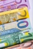 Varios cientos de billetes de banco euro apilados por el valor Concepto euro del dinero Billetes de banco del euro de Rolls Diner Foto de archivo