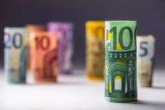 Varios cientos de billetes de banco euro apilados por el valor Concepto euro del dinero Billetes de banco del euro de Rolls Diner Imágenes de archivo libres de regalías