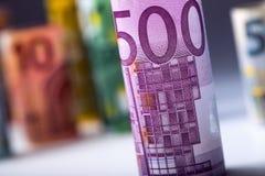 Varios cientos de billetes de banco euro apilados por el valor Concepto euro del dinero Billetes de banco del euro de Rolls Diner Fotografía de archivo