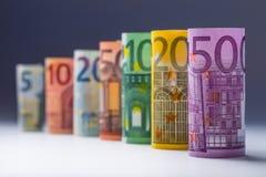 Varios cientos de billetes de banco euro apilados por el valor Concepto euro del dinero Billetes de banco del euro de Rolls Diner Fotografía de archivo libre de regalías
