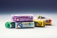 Varios cientos de billetes de banco euro apilados por el valor Concepto euro del dinero Billetes de banco del euro de Rolls Diner Imagenes de archivo